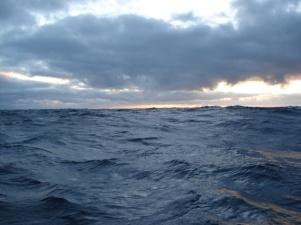 mer-agitee-au-lever-de-soleil